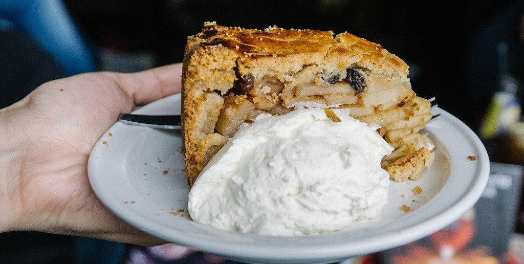 Что из десертов заслуживает внимания? Яблочный пирог со сливками!